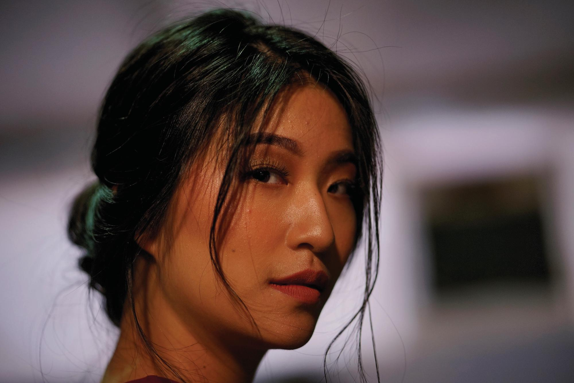 Wanita asia dengan model rambut messy bun pada warna rambut hitam Jakarta Fashion Week 2019