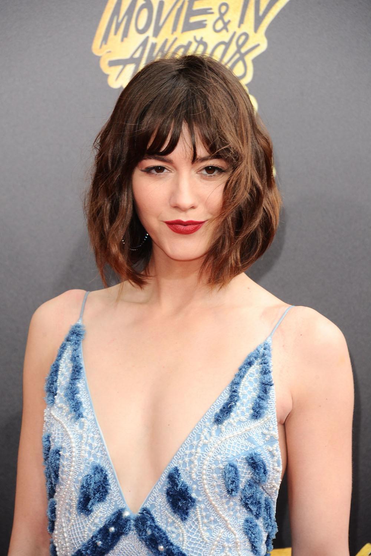 Model rambut untuk wajah oval gaya bob pendek keriting.