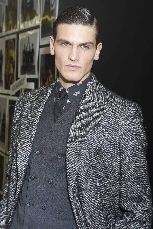 Pria kaukasia dengan model rambut cepak ivy league