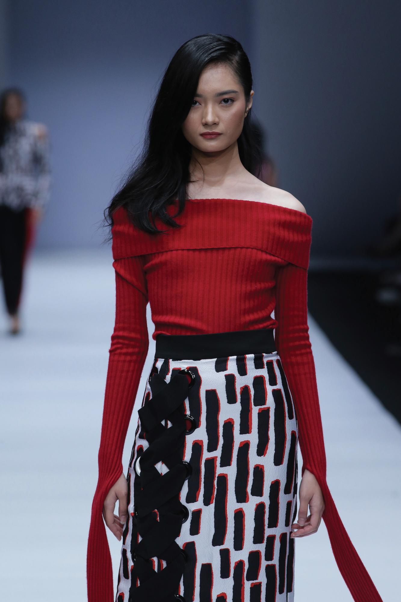 Wanita asia dengan model rambut wet look pada rambut lurus hitam panjang. Jakarta Fashion Week 2019
