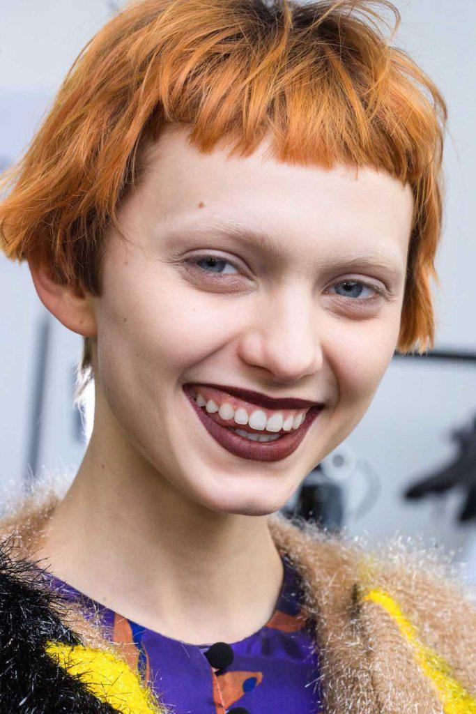 Model rambut untuk wajah oval gaya micro bangs.