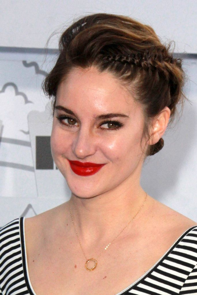 Shailene Woodley kepang rambut pendek dutch braid diagonal