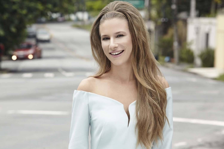 Wanita dengan rambut pirang yang ditata dengan model sanggul bouffant.