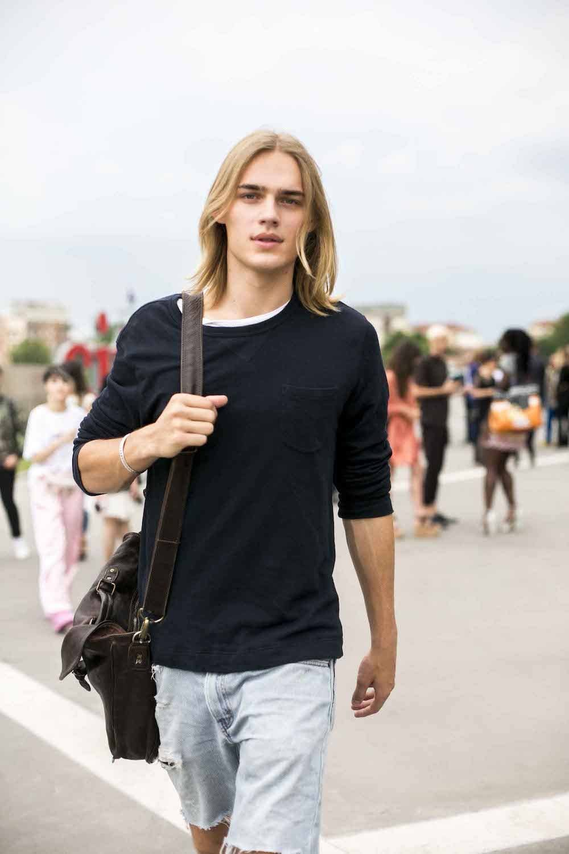 Pria kaukasia dengan model rambut bob panjang lurus pirang.