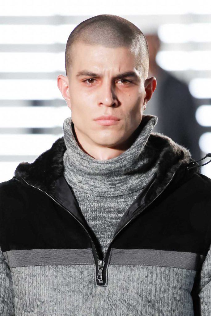 Pria kaukasia dengan model rambut cepak burr cut