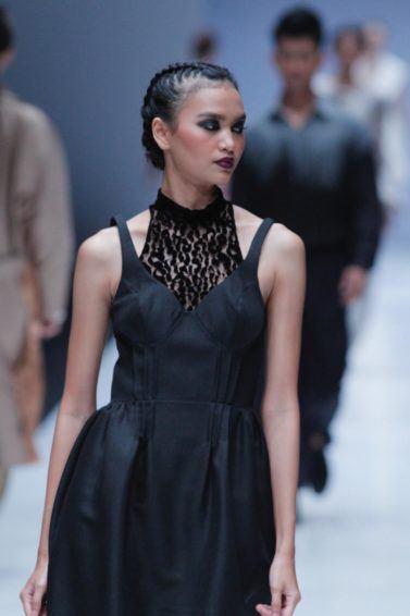Wanita asia dengan rambut boxer braid bersanggul pada rambut hitam – Jakarta Fashion Week 2019