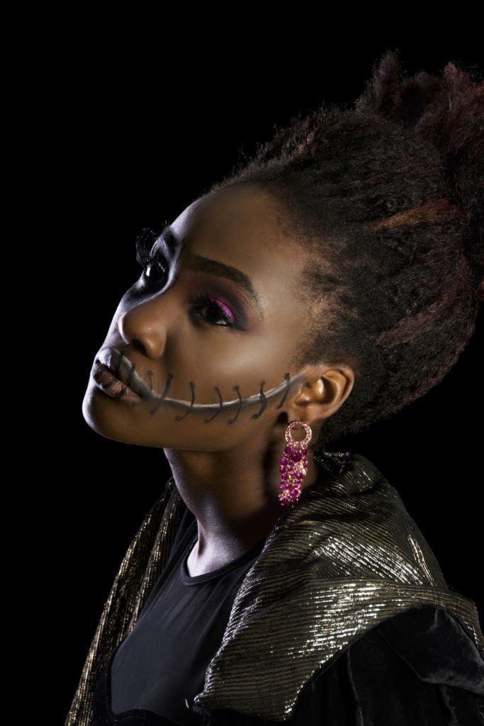 Wanita dengan makeup Halloween dan rambut top knot bervolume