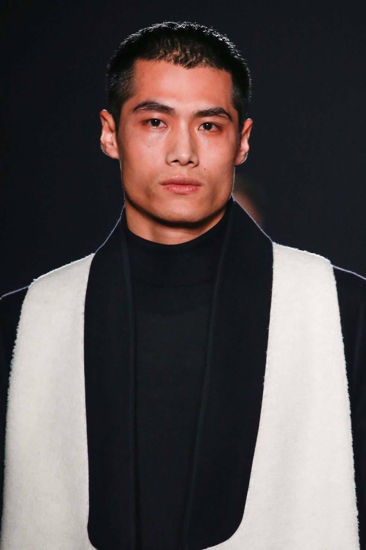 Pria asia dengan model rambut cepak crew cut