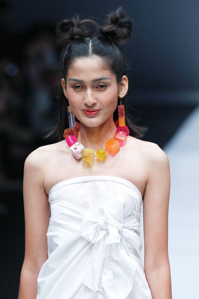 Wanita asia dengan model rambut double space bun jfw 2018 new fashion force award