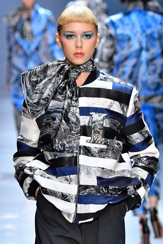 Wanita kaukasia dengan model rambut androgini crop cut mini bangs blonde