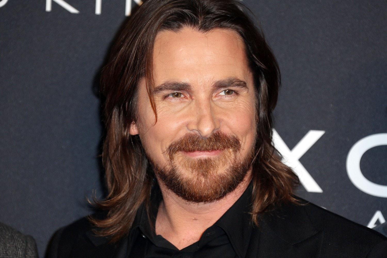 Christian Bale dengan model rambut panjang pria