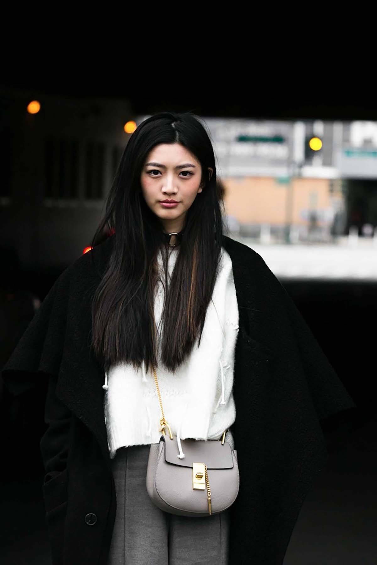 Wanita asia dengan rambut panjang lurus hitam dan highlight
