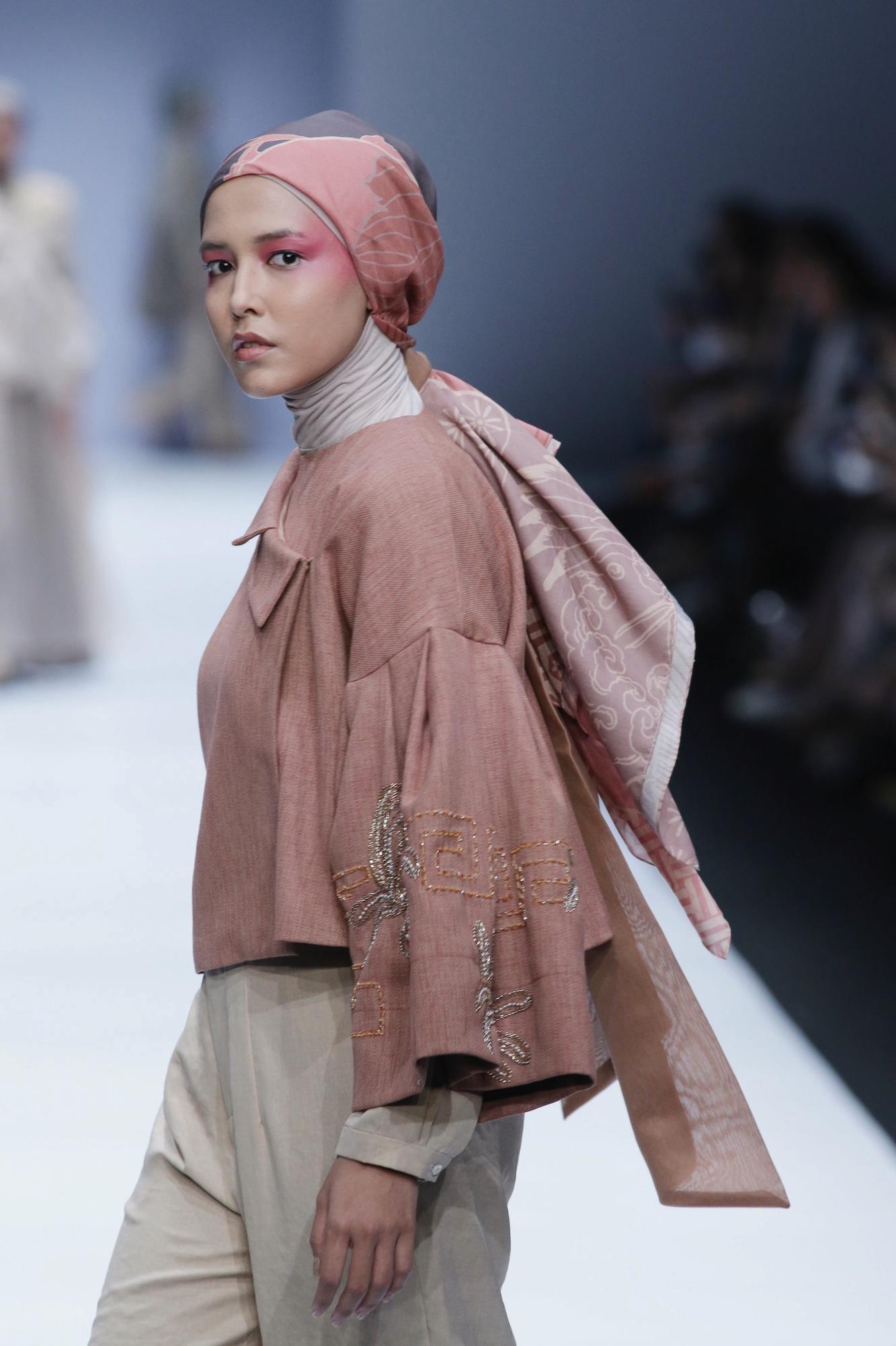 Wanita asia dengan model hijab modern seperti ponytail – Jakarta Fashion Week 2019