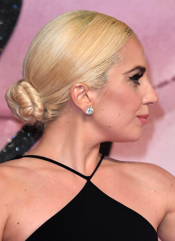 Wanita rambut pirang yang ditata dengan model sanggul chignon dasar.