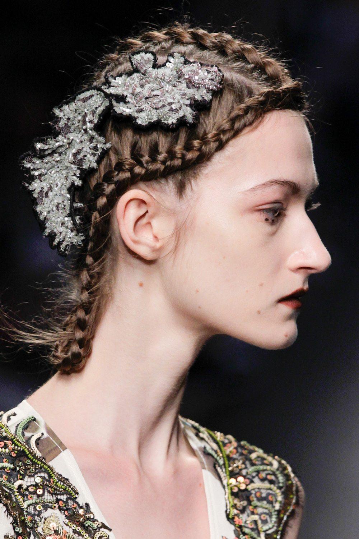 Wanita kaukasia dengan cornrow modern