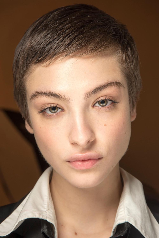 Wanita kaukasia dengan model rambut androgini pixie pendek