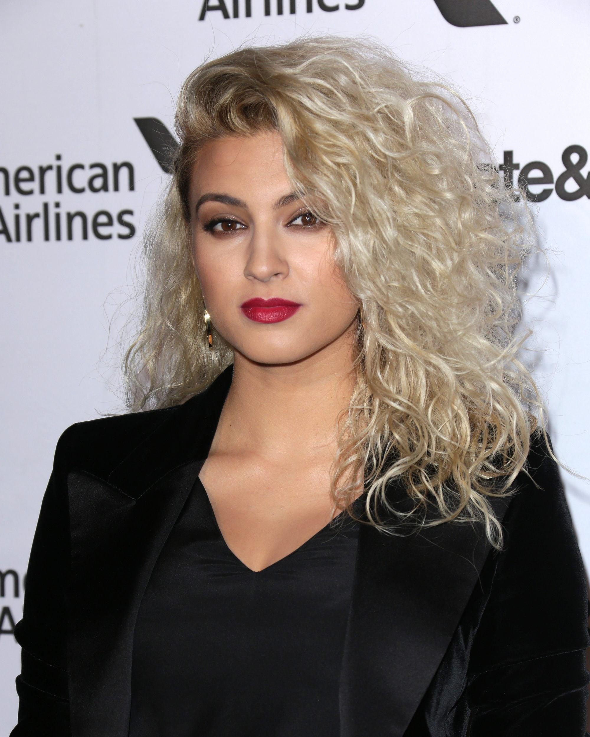 Wanita kaukasia dengan rambut keriting body perm dan rambut berwarna silver