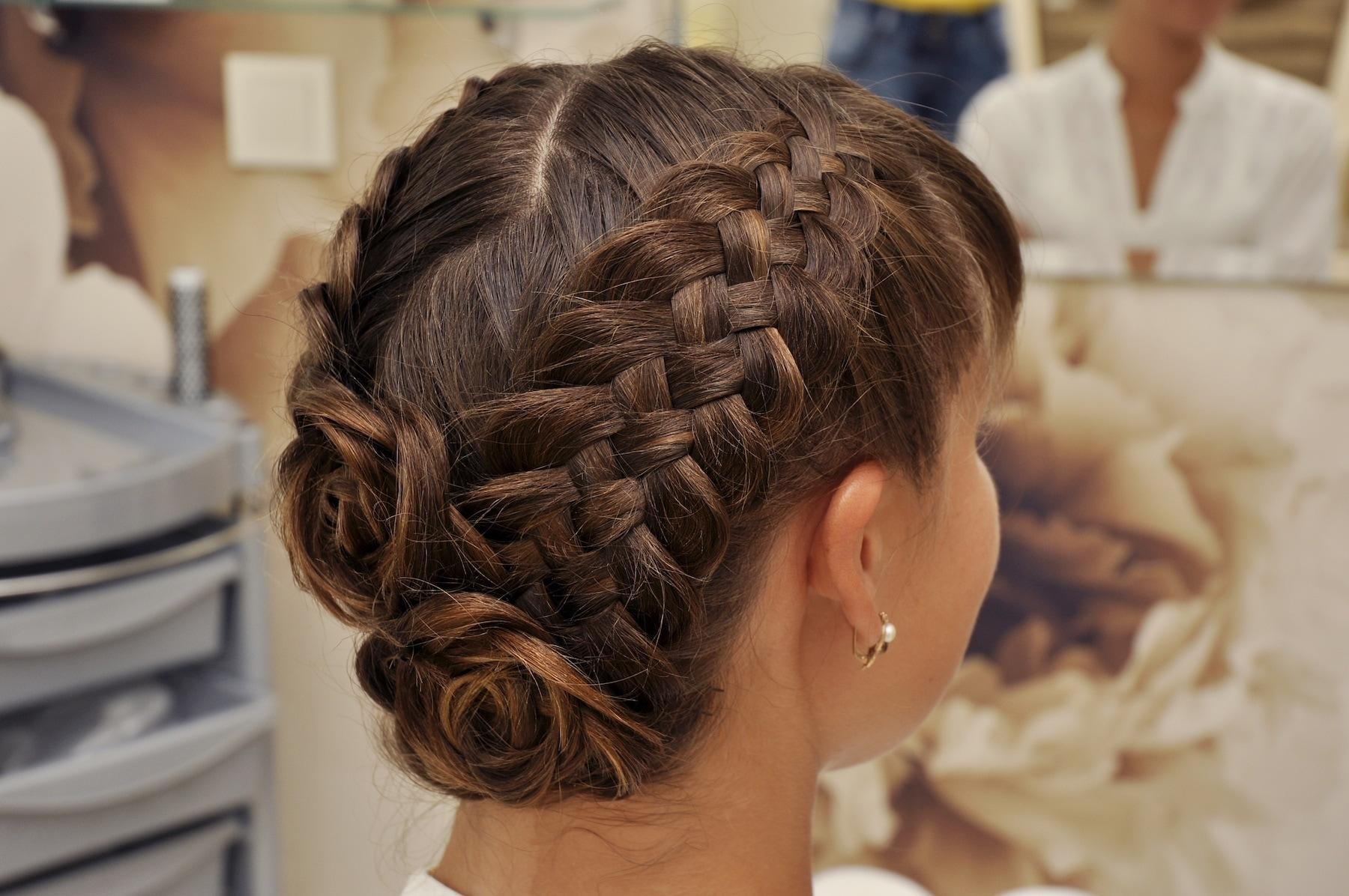 four strand braids berbentuk bunga pada rambut panjang