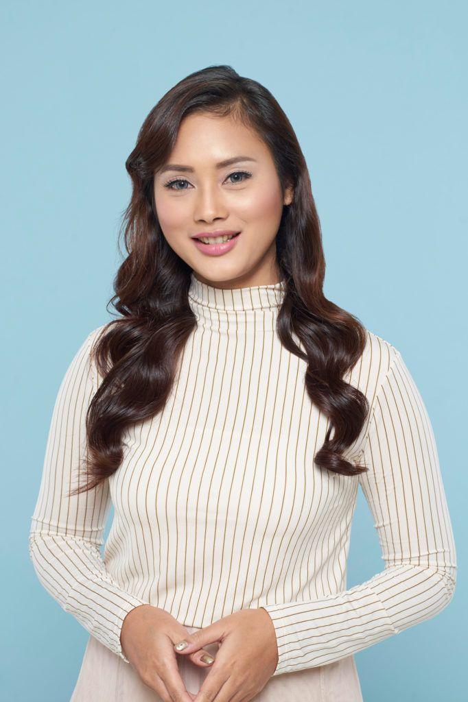 Wanita asia dengan model rambut layer panjang dan warna cokelat wavy f62a359d19