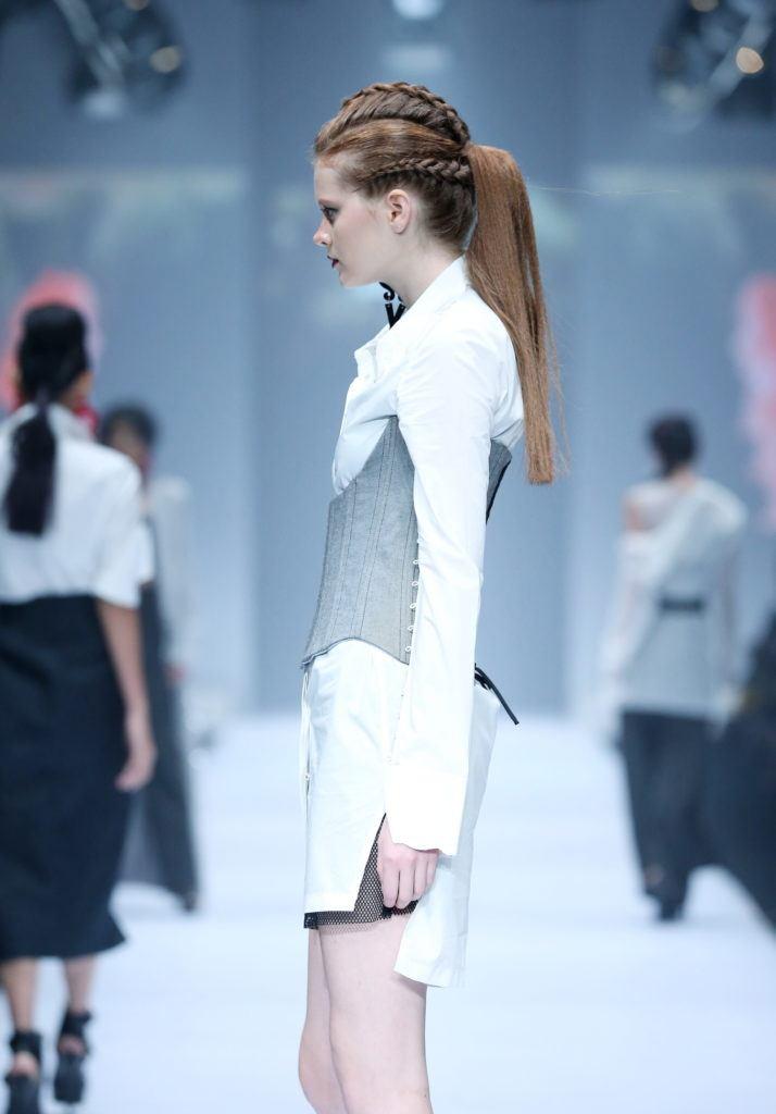 Trend model rambut runway gaya triple braids ponytail - jfw 2018