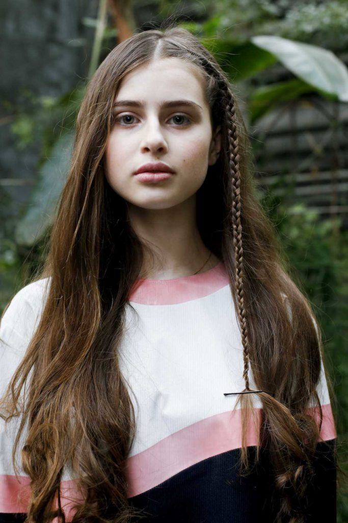 rambut panjang dengan kepang sebagai aksen