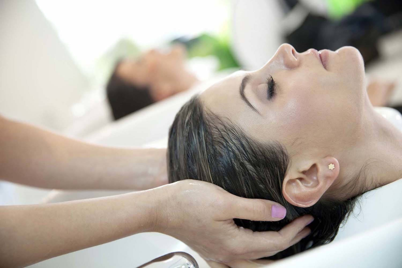Pijatan di salon ternyata bisa menjadi salah satu cara menguatkan akar rambut