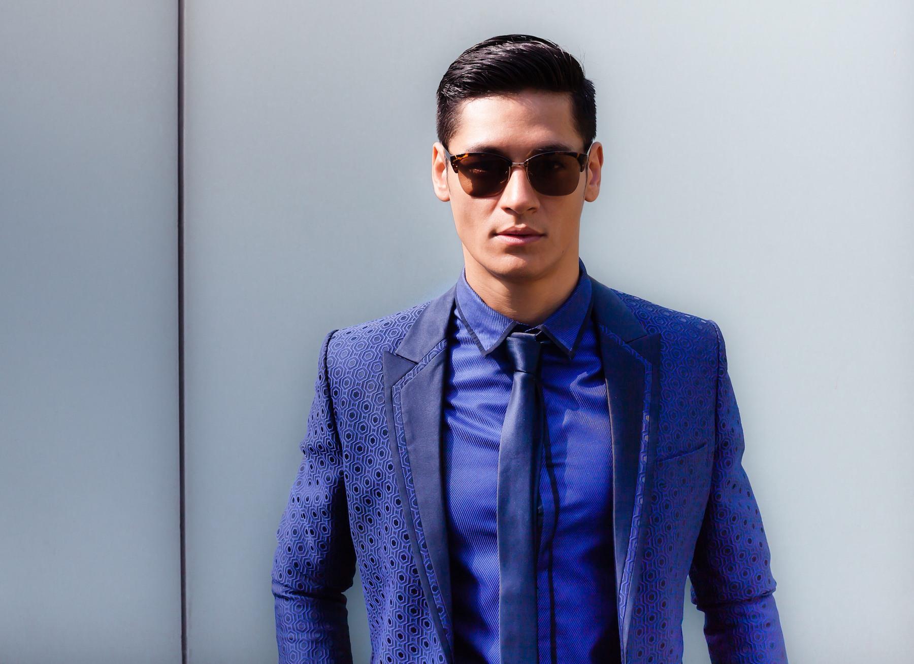 Pria asia dengan model rambut pompadour fade model rambut belah samping