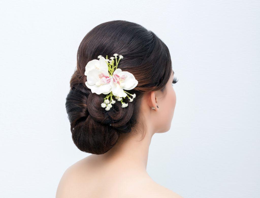 Wanita asia dengan model rambut untuk kebaya sanggul modern
