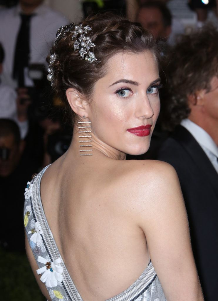 Allison Williams model rambut untuk kebaya french braid dengan aksesoris