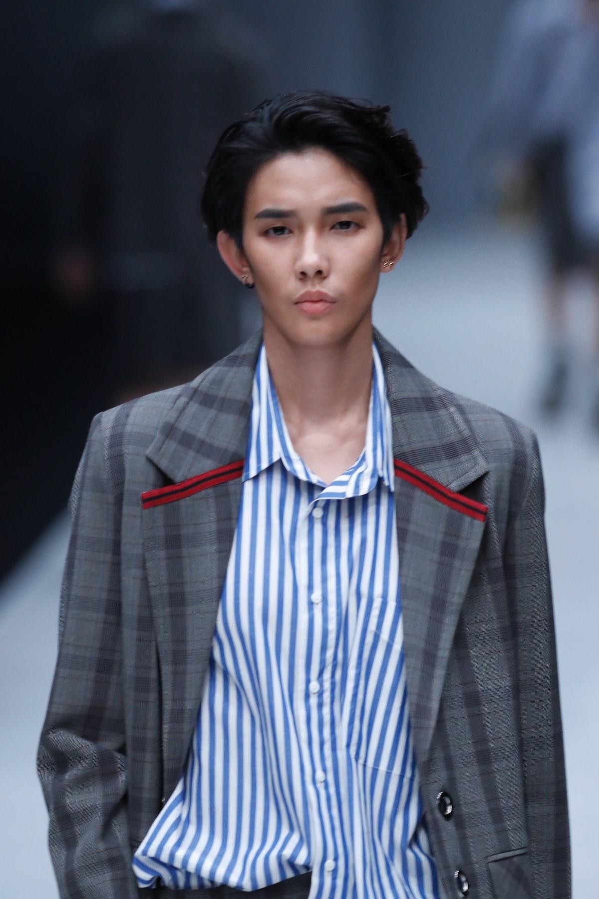 Pria asia dengan model rambut belah samping pada rambut medium