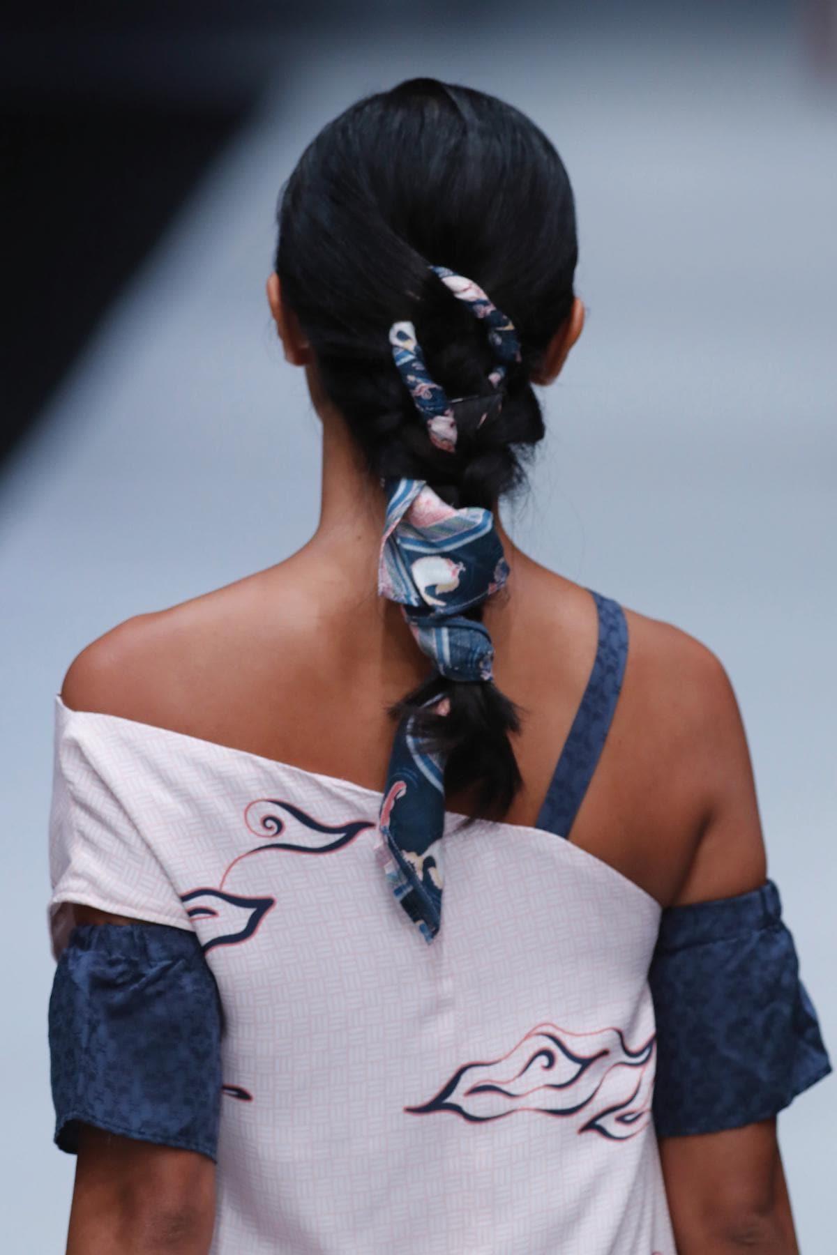 Wanita asia dengan model rambut kepang untuk pesta kepang dengan scarf