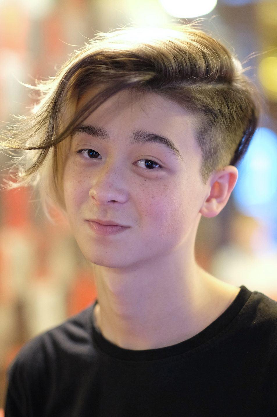 Pria asia dengan model rambut belah samping medium undercut