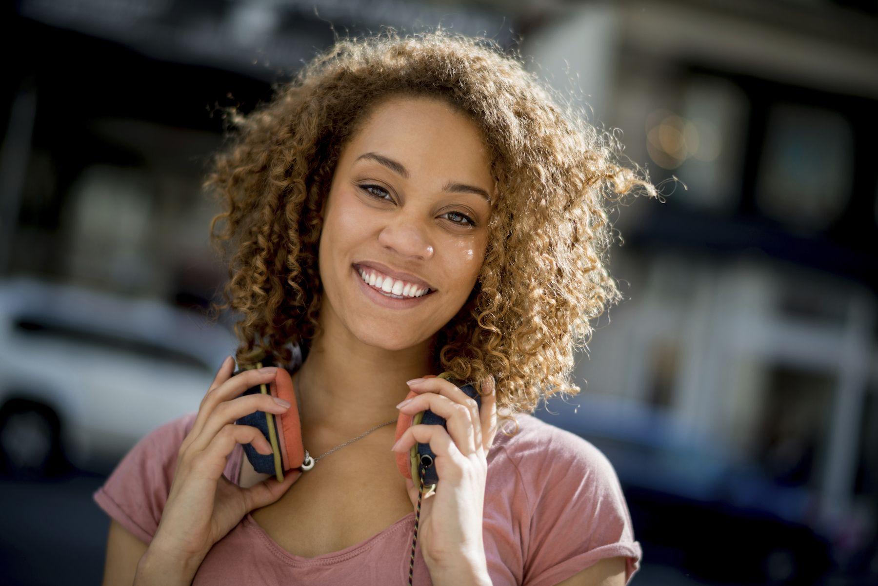 11. wanita afro dengan warna rambut untuk kulit gelap golden brown