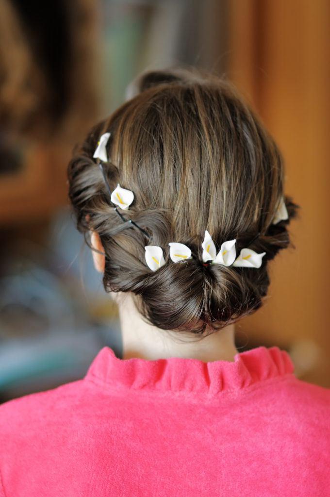 Wanita kaukasia dengan model rambut untuk kebaya twisted updo