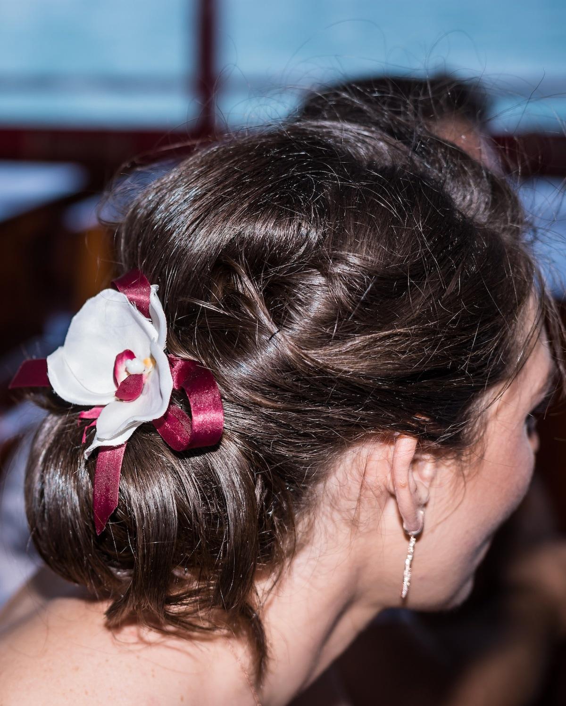 Wanita kaukasia dengan model rambut untuk kebaya sanggul berpita