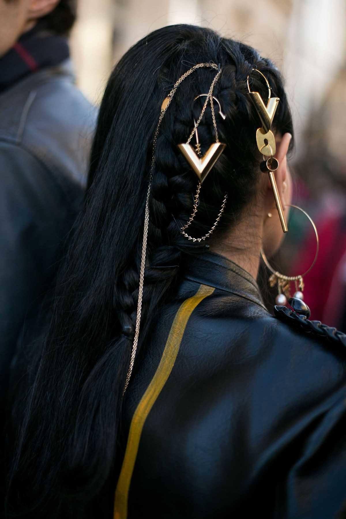Wanita afro dengan model rambut kepang untuk pesta warna hitam dan aksesoris