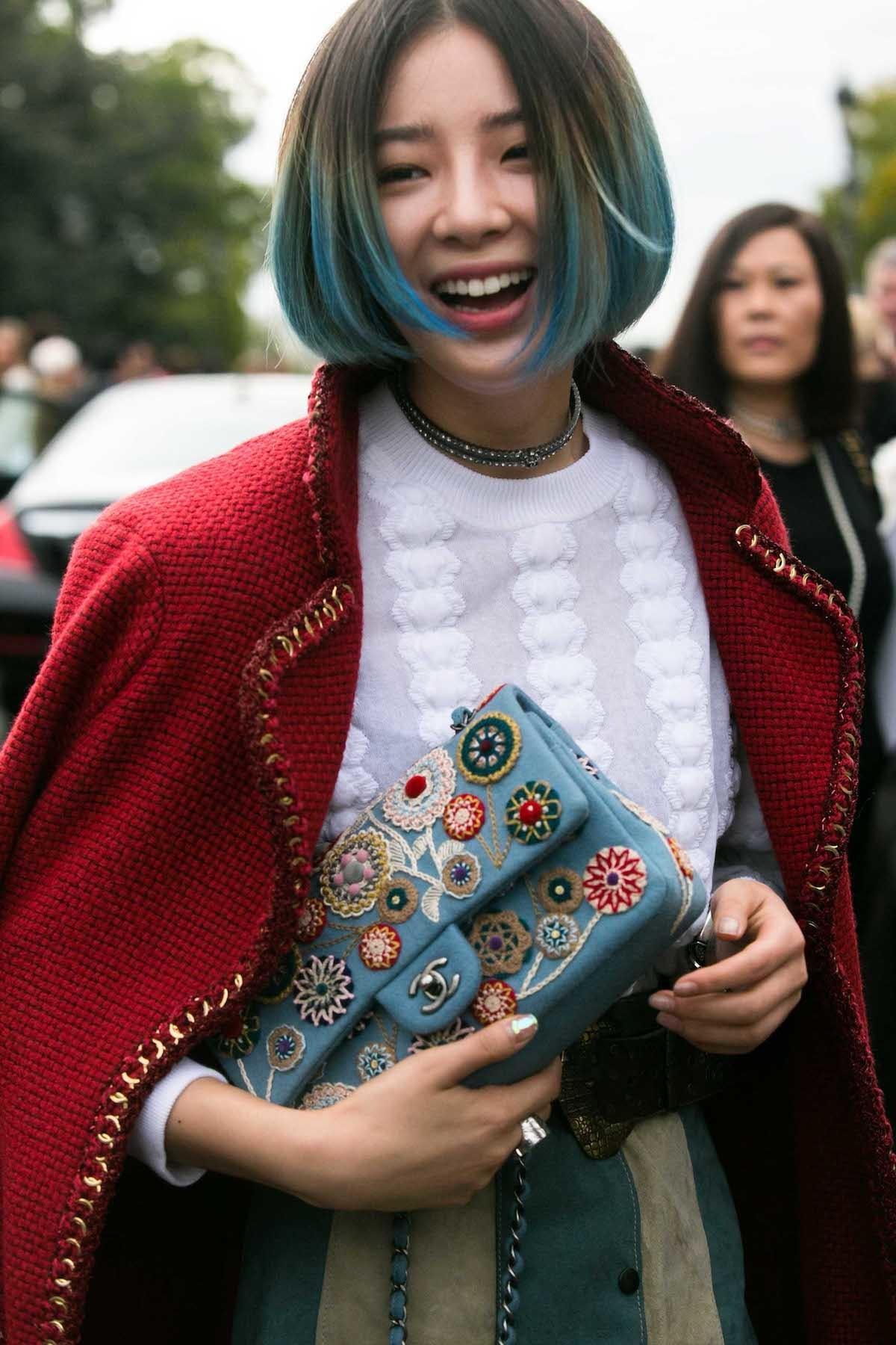 Wanita Asia dengan model rambut pendek a la korea ombre warna ombre cokelat hijau