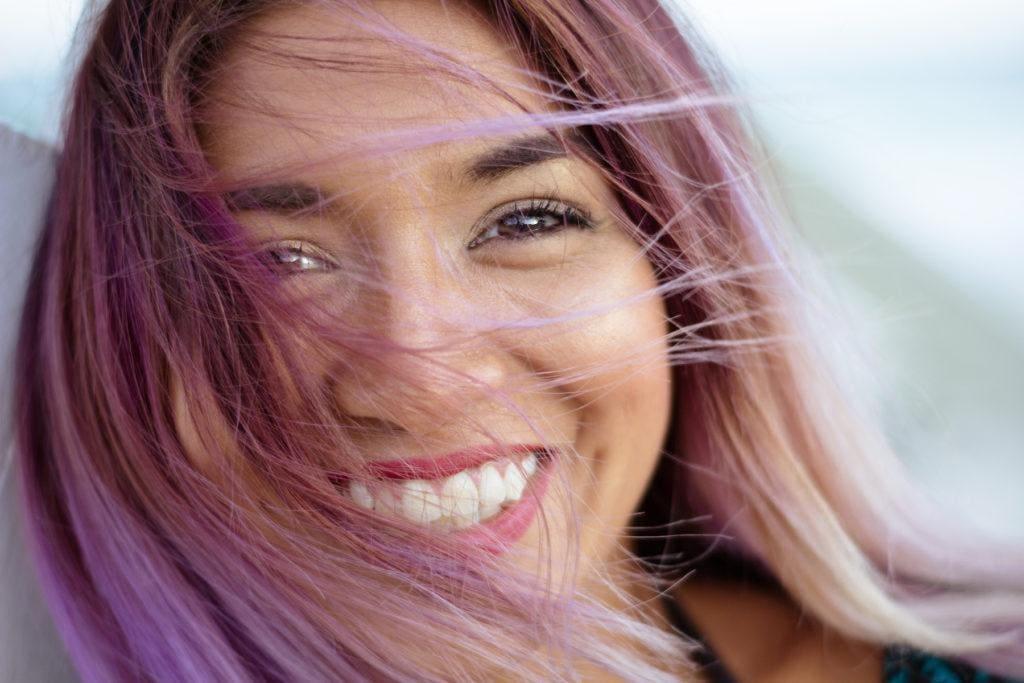 16. wanita afro dengan warna rambut untuk kulit gelap pastel pink