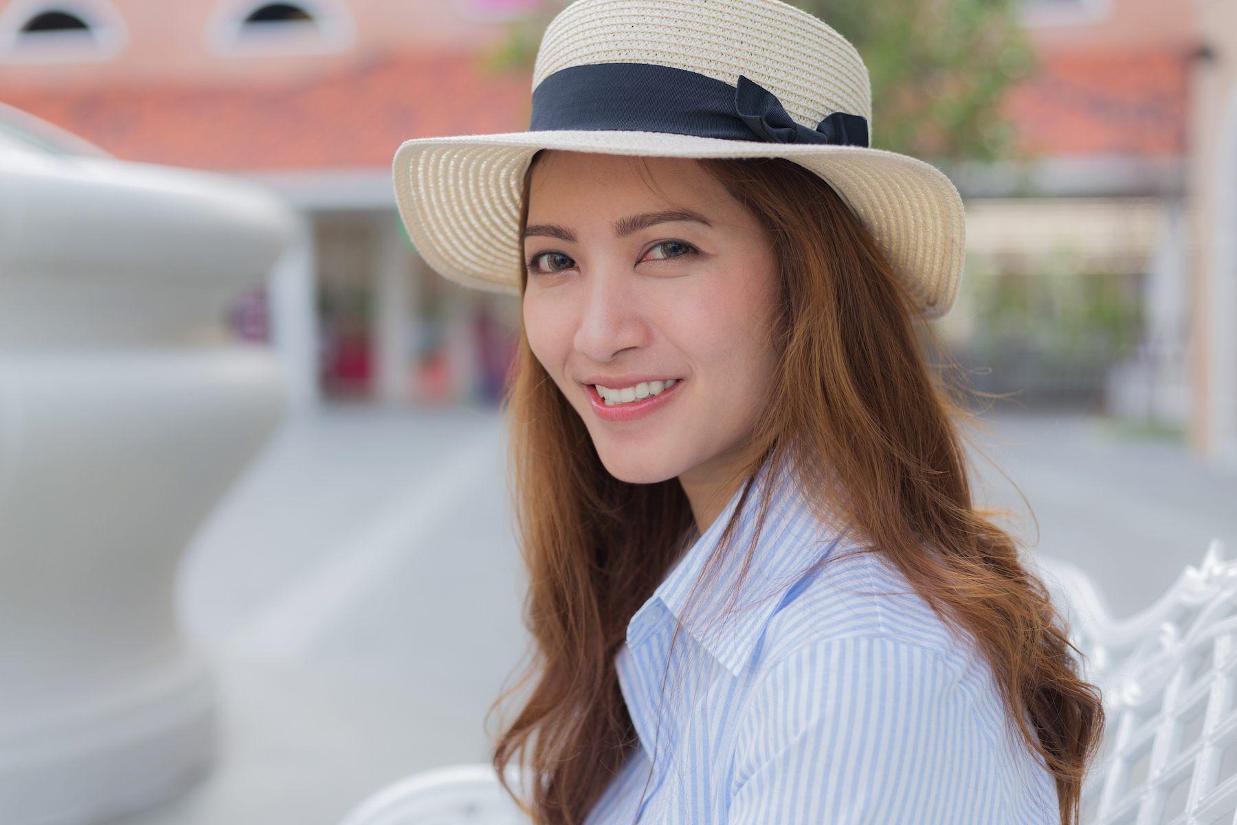 Wanita asia dengan warna rambut light golden blonde