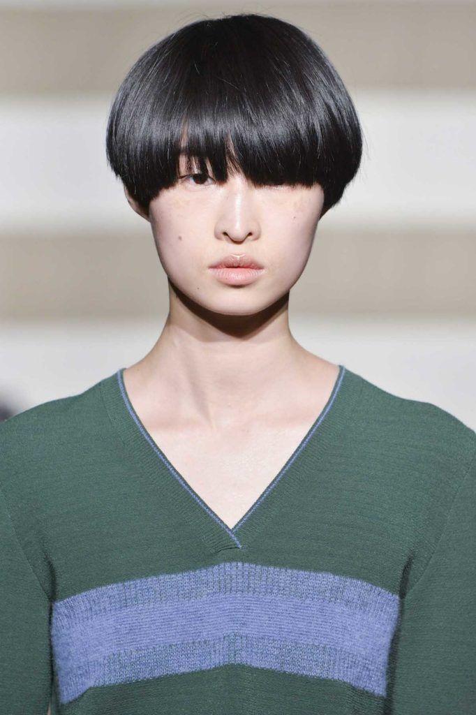 Wanita asia dengan model rambut bowl cut