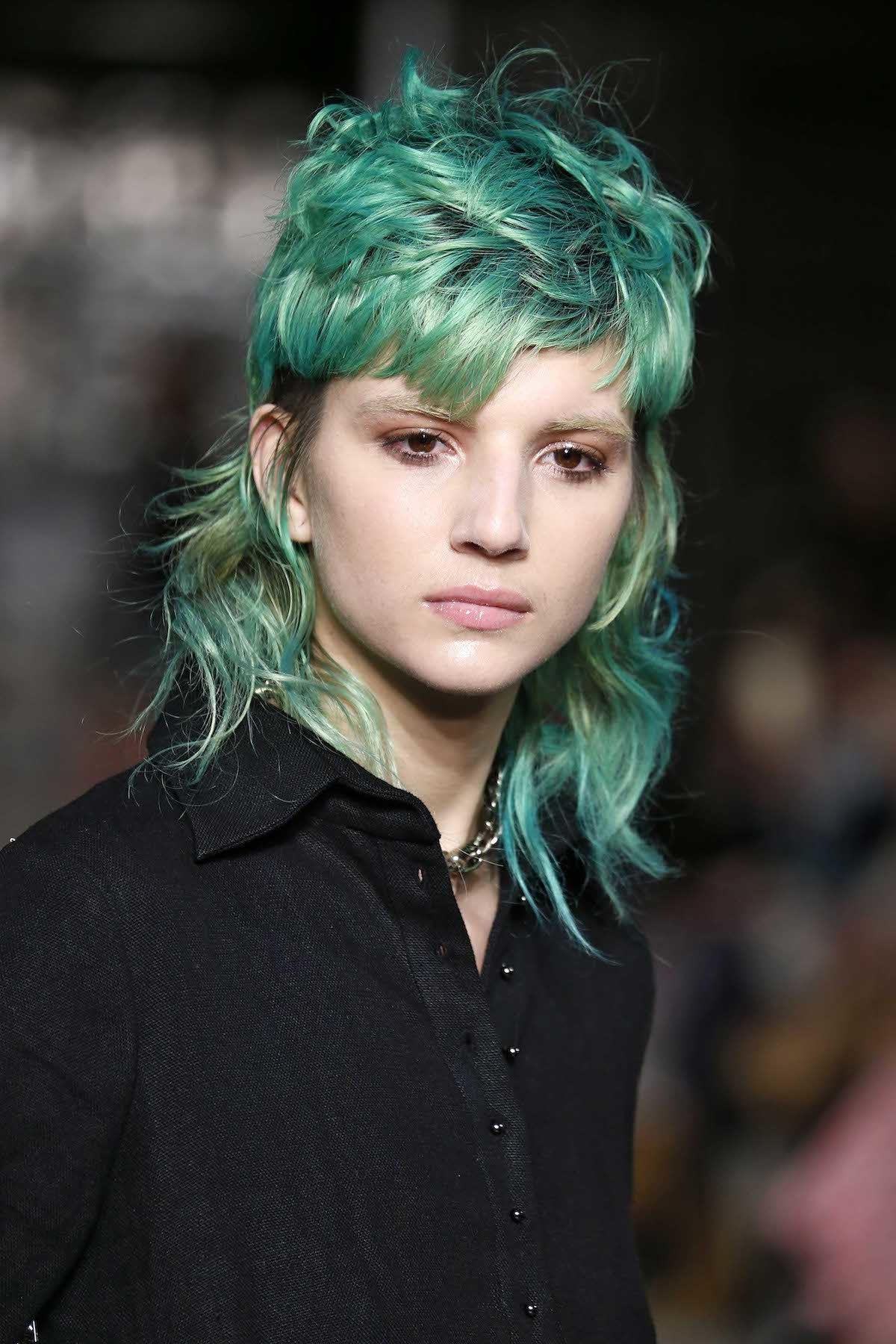 Wanita kaukasia dengan model rambut shaggy panjang dengan shaved skin