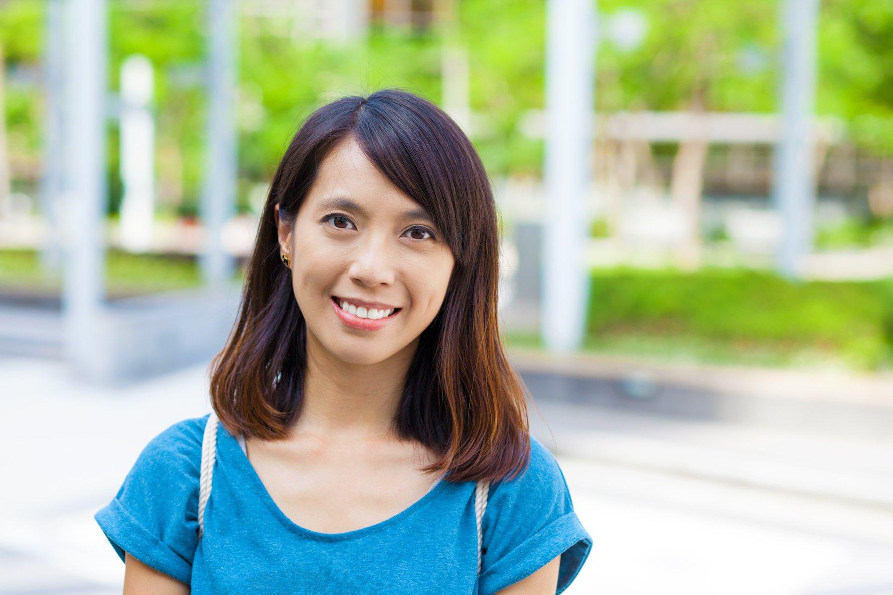 23. wanita asia dengan model rambut pendek sebahu dan poni samping