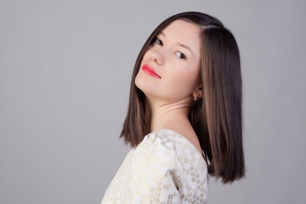 24. wanita kaukasia dengan rambut cokelat dan model rambut pendek sebahu