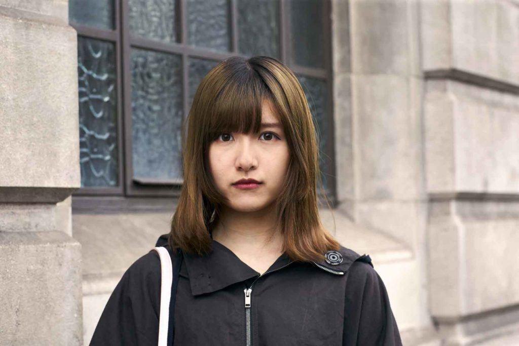 Wanita asia dengan model rambut sebahu untuk wajah bulat dengan poni dan layer