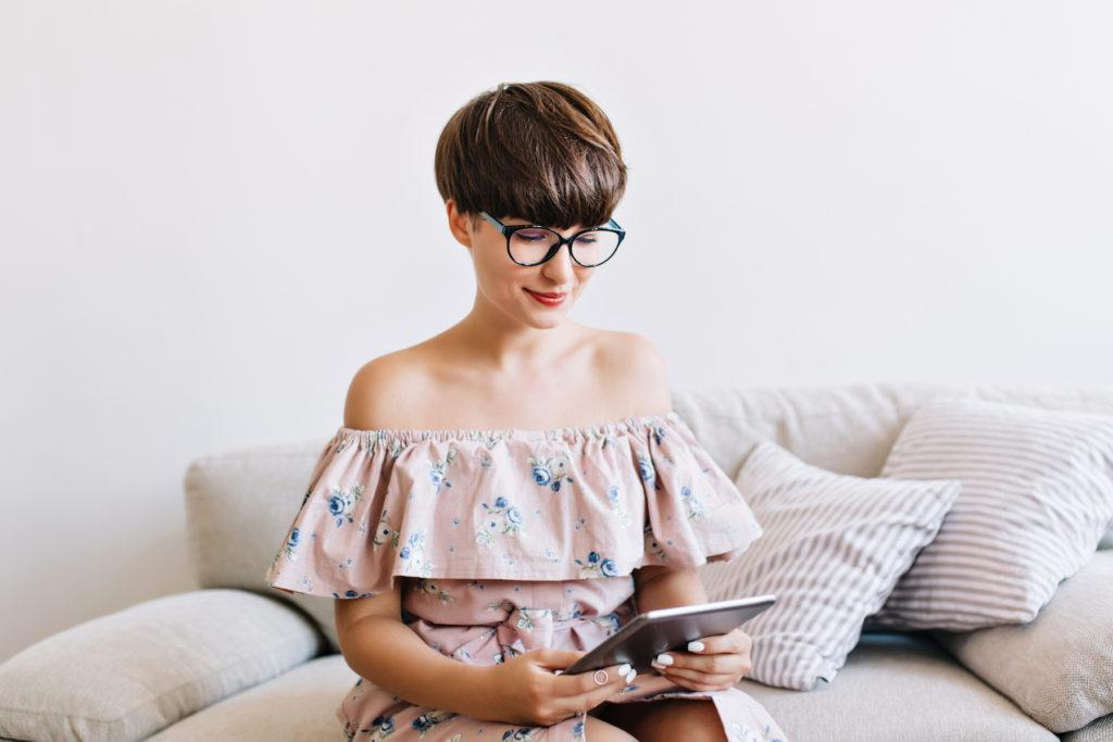 Wanita kaukasia dengan model rambut bowl cut bertekstur