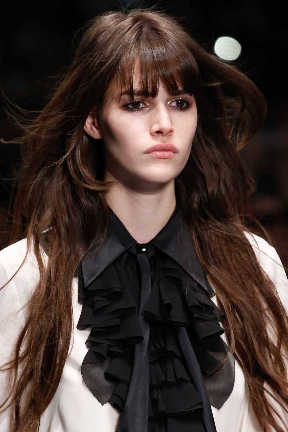 Wanita kaukasia dengan model rambut layer panjang