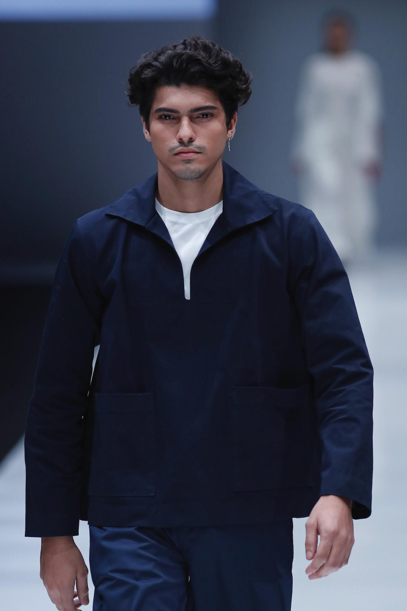 Model rambut korea pria warna hitam pada rambut ikal