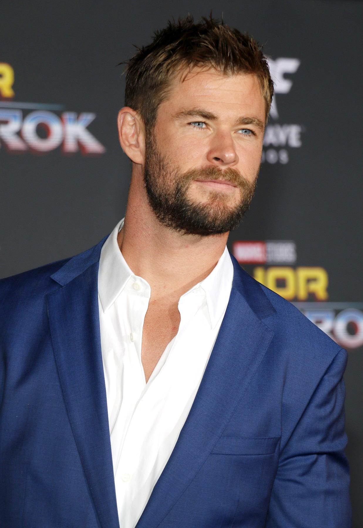 Chris Hemsworth model rambut pendek high and tide