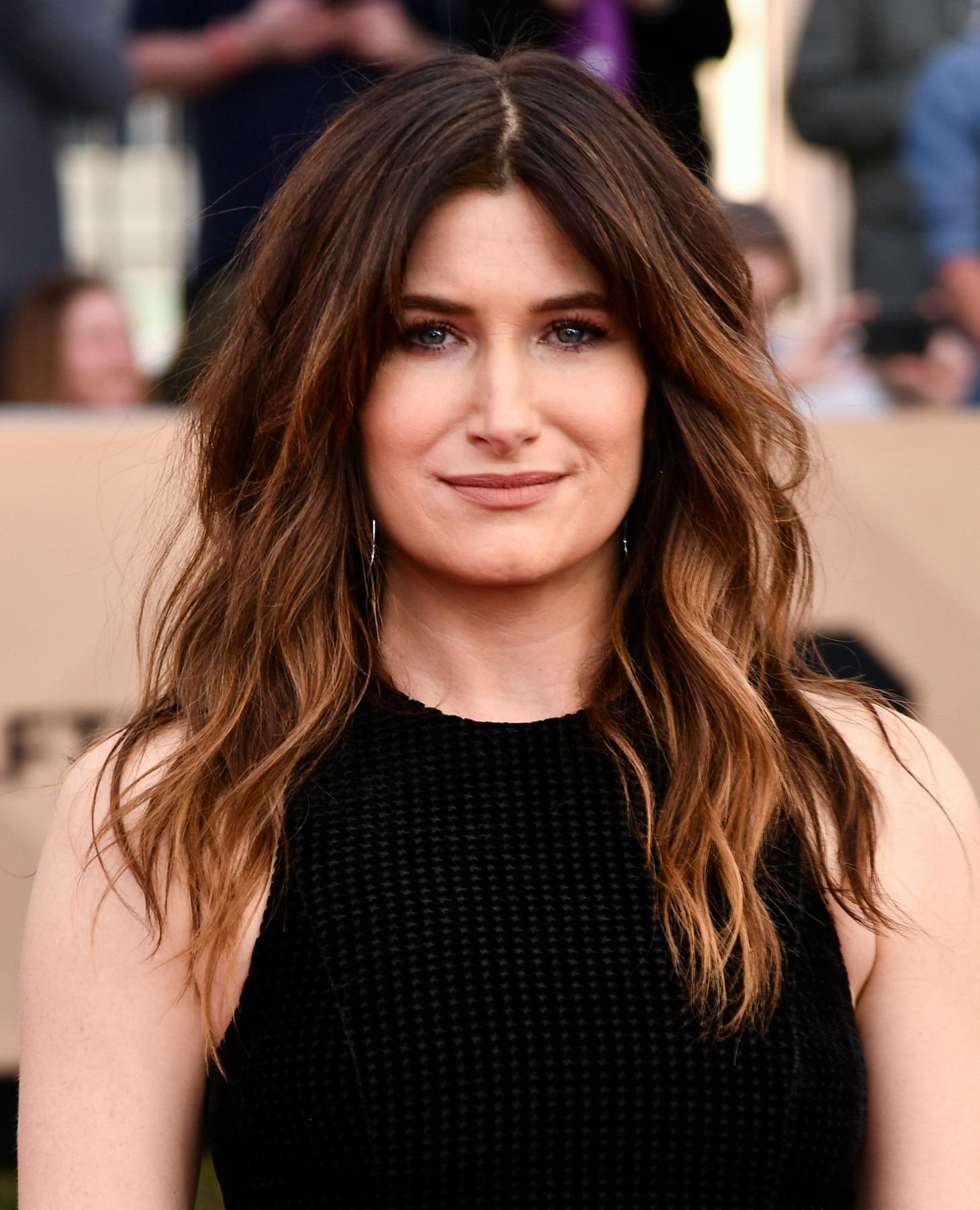 Kathryn Hahn dengan model rambut shaggy panjang beach waves