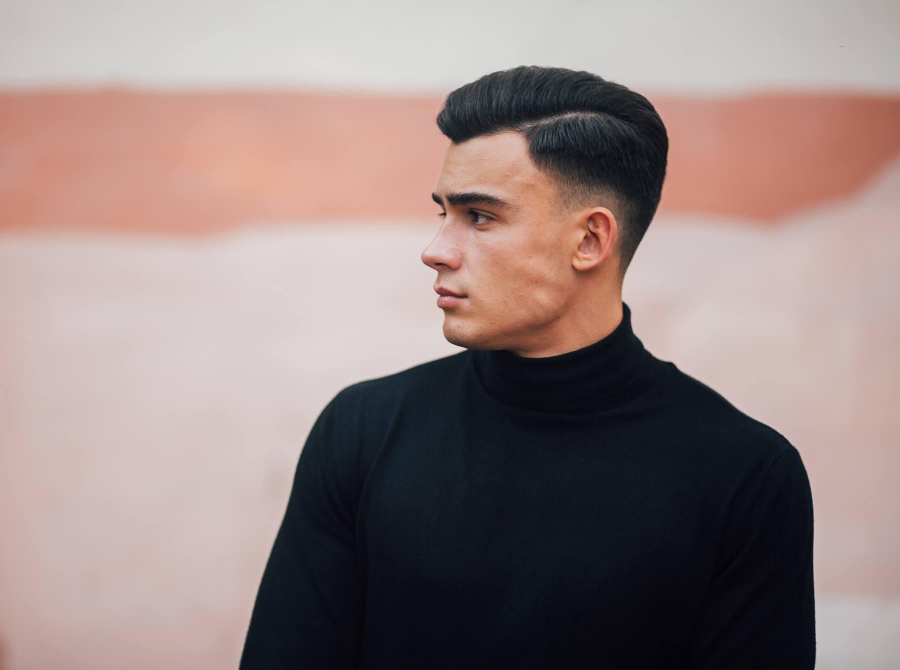 Pria kaukasia dengan model rambut belah samping pompadour fade